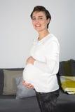 Una donna incinta con una pancia molto piacevole Immagine Stock Libera da Diritti