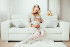 Una donna incinta felice Immagine Stock