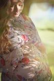 Una donna incinta nel giardino fotografia stock libera da diritti