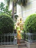 Una donna incinta vicino all'altare nel parco. Bangkok, Fotografie Stock