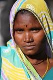 Una donna indiana nelle montagne del supporto Abu Fotografare il supporto Abu dell'India del 28 ottobre 2015 Immagini Stock Libere da Diritti