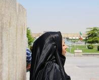 Una donna iraniana nel quadrato di Naqsh-e Jahan a Ispahan, Iran fotografia stock libera da diritti