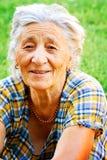una donna maggiore esterna felice soddisfatta Immagini Stock