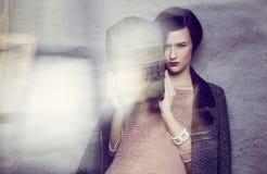 Una donna nel casco del saldatore Fotografia Stock