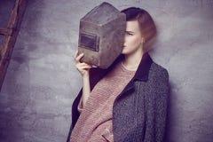 Una donna nel casco del saldatore Fotografia Stock Libera da Diritti