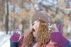 Una donna nel parco è felice circa l'inverno venente Fotografie Stock