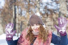 Una donna nel parco è felice circa l'inverno venente Fotografia Stock
