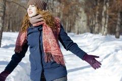 Una donna nel parco è felice circa l'inverno venente Immagine Stock Libera da Diritti