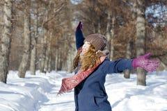 Una donna nel parco è felice circa l'inverno venente Fotografia Stock Libera da Diritti