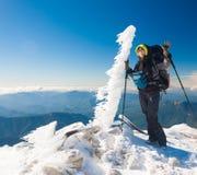 Una donna nell'inverno di giorno della montagna unico! Immagine Stock Libera da Diritti