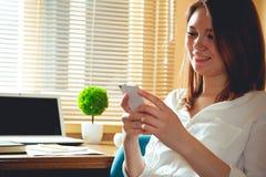 Una donna nell'ufficio sul lavoro Immagine Stock Libera da Diritti
