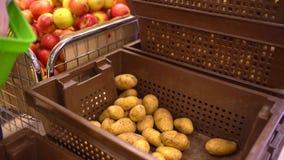 Una donna nelle verdure d'acquisto di un supermercato, patate stock footage