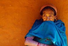 Una donna nepalese tipica del villaggio Immagini Stock Libere da Diritti