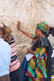 Una donna prega alla parete lamentantesi. Fotografia Stock Libera da Diritti