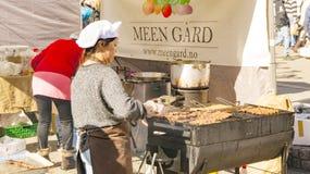 Una donna prepara i kebab norvegesi tradizionali su un a calore ridotto Fotografia Stock Libera da Diritti