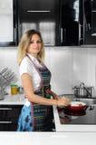 Una donna prepara mangiare nella cucina fotografia stock libera da diritti