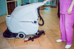 Una donna pulisce il pavimento Fotografie Stock