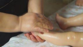 Una donna rende ad un bambino un massaggio del piede archivi video