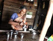 Una donna rurale povera nel suo negozio del tè in Tamil Nadu Fotografia Stock