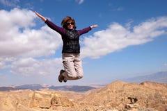 Una donna salta per la gioia Fotografia Stock Libera da Diritti