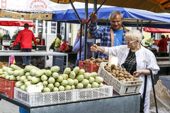 Una donna sceglie la frutta e le verdure sul mercato Immagini Stock