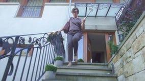 Una donna scende le scale archivi video