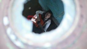 Una donna siede e suona la chitarra all'interno della vecchia nave stock footage