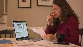 una donna sollecitata nel debito stock footage