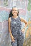 Una donna sorridente di una parete appoggiantesi stante di 54 graffiti Fotografie Stock Libere da Diritti