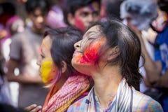 Una donna spalmata di polvere colorata, partecipa alle celebrazioni del festival di Dol Utsav Fotografie Stock