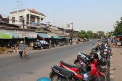 Una donna sta attraversando la via (Tailandia) Immagini Stock