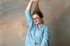 Una donna sta avendo la disperazione e tristezza e sta strappando i suoi capelli fotografia stock libera da diritti