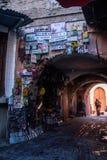Una donna sta camminando sulle vie di Marrakesh morocco immagine stock