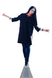 Una donna sta equilibrando sul bordo Immagine Stock Libera da Diritti