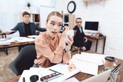 Una donna sta facendo il trucco nel suo luogo di lavoro fotografia stock