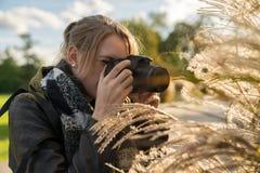 Una donna sta prendendo la fotografia nella natura fotografie stock libere da diritti