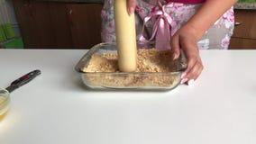 Una donna sta sbriciolandosi un biscotto del biscotto video d archivio