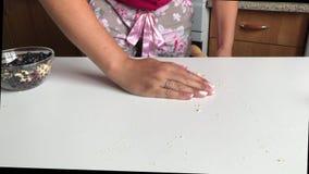 Una donna sta sbriciolandosi un biscotto del biscotto stock footage