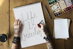 Una donna sta scrivendo una citazione di motivazione di vita immagine stock