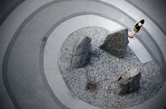 Una donna sta su una spirale Immagine Stock
