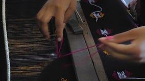 Una donna sta tessendo una tappezzeria archivi video