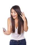 Una donna stupita che legge un messaggio di testo Immagine Stock Libera da Diritti