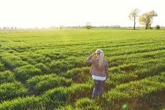 Una donna su un campo erboso Fotografia Stock