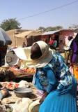 Una donna su un mercato in Farcha, N'Djamena, Repubblica del Chad Immagini Stock Libere da Diritti