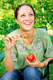 Una donna su un picnic Fotografie Stock