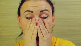 Una donna tiene le sue mani dal fronte Poi pulisce e sorride stock footage