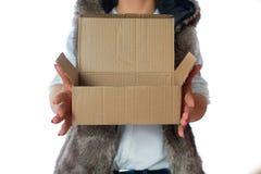 Una donna tiene una scatola di cartone in sua mano Fotografie Stock