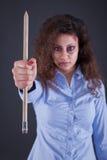 Una donna tiene una grande penna in nome dei media e del journali liberi fotografia stock