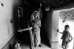 Una donna tribale con il suo bambino. Immagine Stock Libera da Diritti