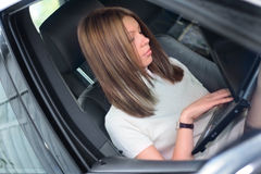 Una donna in un'automobile Fotografie Stock Libere da Diritti